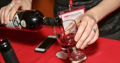 Personne servant un vin